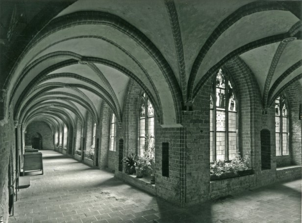 A Social History of the Cloister : Daily Life in the Teaching Monasteries of the Old Regime