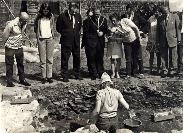 Professor Rosemary Cramp explains the excavations at Jarrow to the Mayor, 1969. Image courtesy of Professor Cramp.